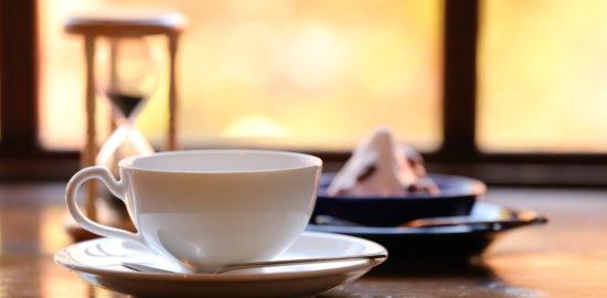 紅茶が蒸れるのを待っている写真