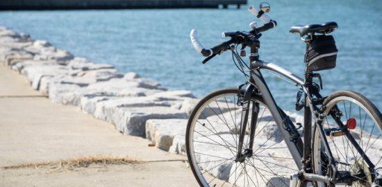 海辺に停車してある自転車