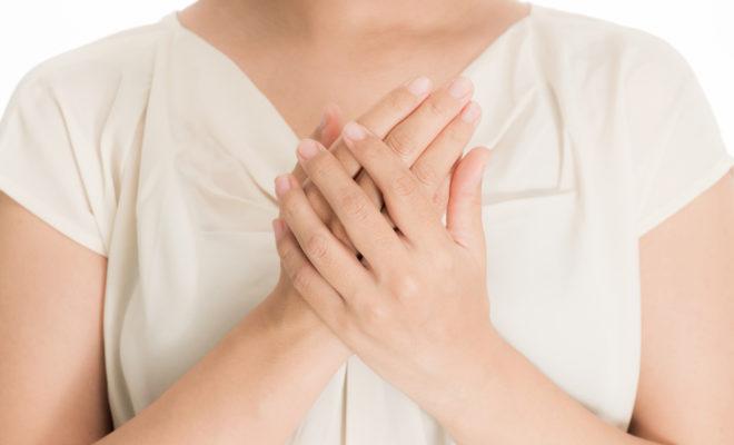 胸の前で手を重ねる人