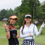 ゴルフをしている2人の女性