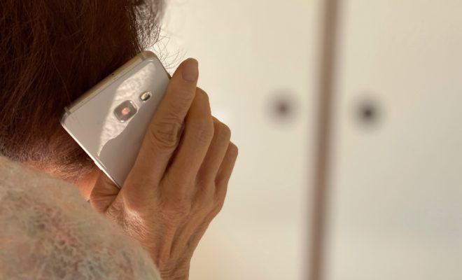 電話をする高齢女性