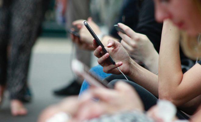 携帯を手にしている人たち